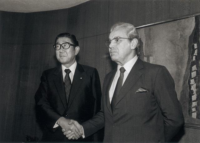UN_165746 デクエヤル国連事務総長と会談する安倍晋太郎外相(第40回国連総会) | 国連
