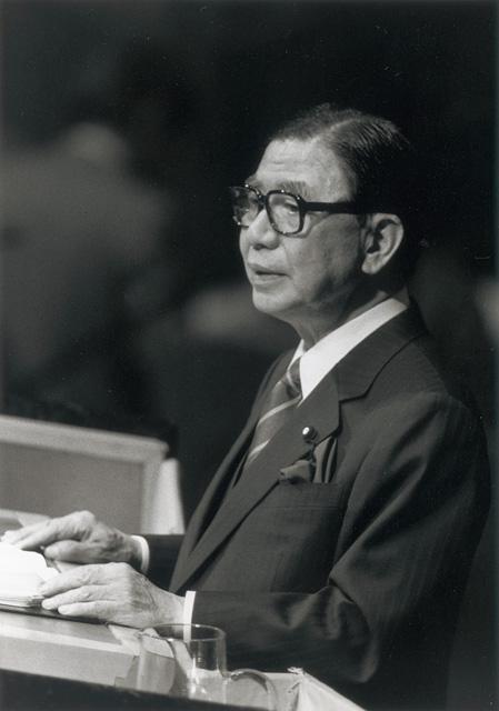 総会で演説する<b>倉成正</b>外相(第40回国連総会) | 国連広報センター